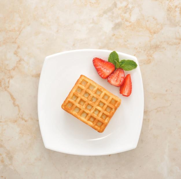 Десерт с клубникой - бельгийское печенье и нарезанная клубника