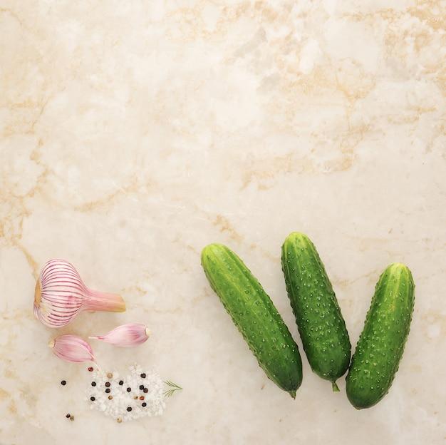 キュウリのピクルス、若いキュウリ、塩、スパイスに設定