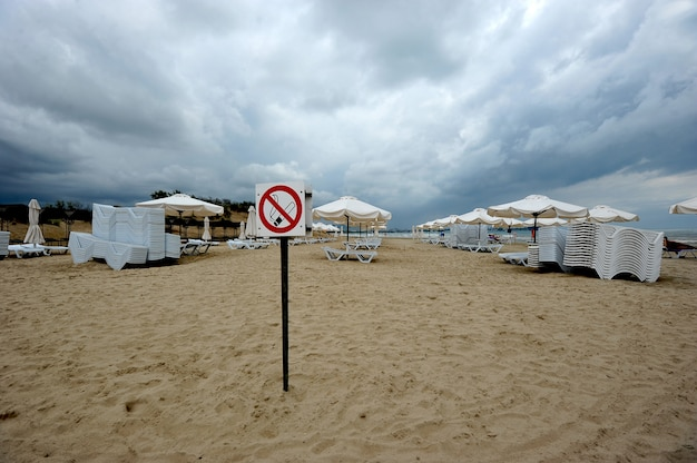 На пустынном пляже в анапе запрещено курить