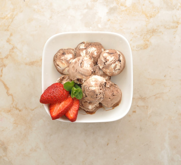 白いプレートにイチゴとチョコレートアイスクリームのボール