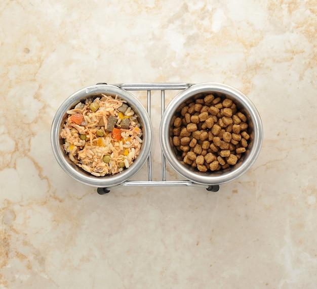 Корм для собак в металлической миске