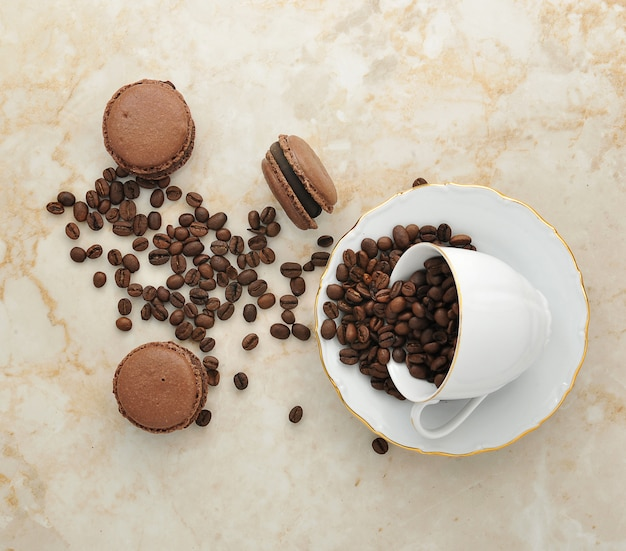 Чашка с кофейными зернами и шоколадными макаронами