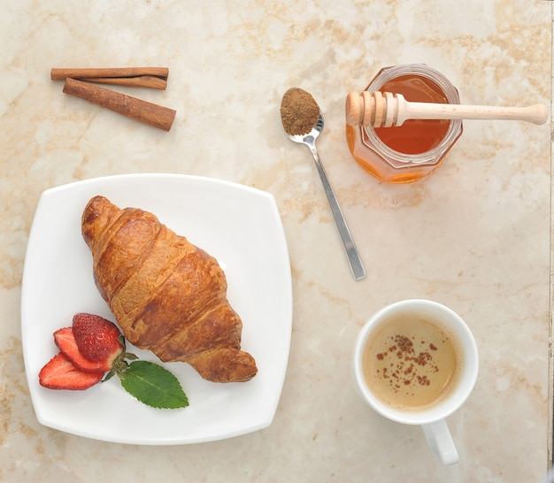Круассан с клубничным, медовым и коричным чаем