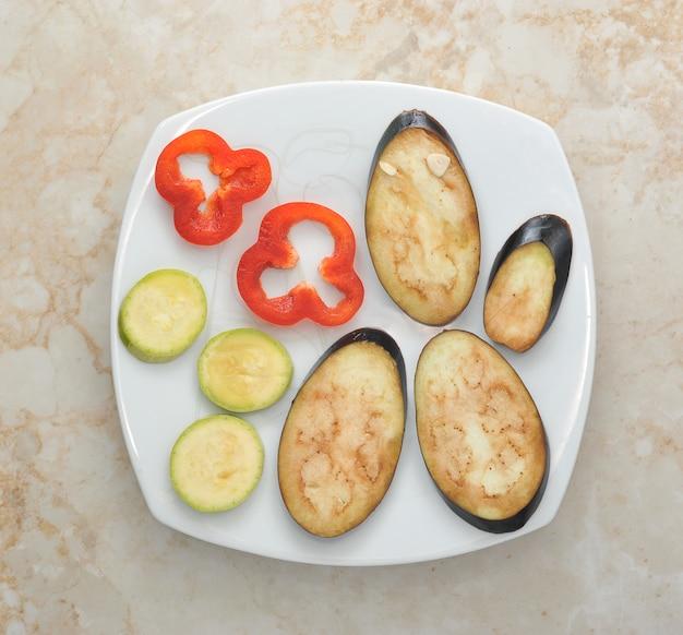 白い皿の野菜