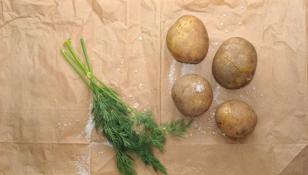パセリと皮でゆでたジャガイモ