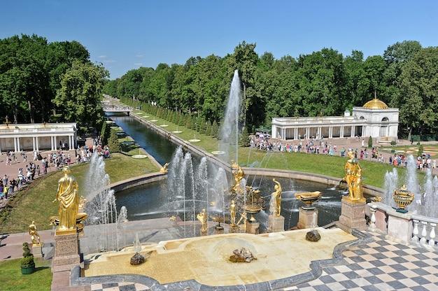 ロシア、ペテルゴフの海峡と噴水のカスケードの景色