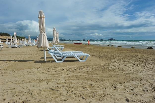 Песчаный пляж с лодкой и спасательным кругом в анапе