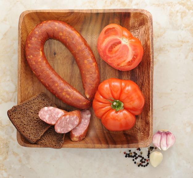 クラクフソーセージ、トマト、黒パン