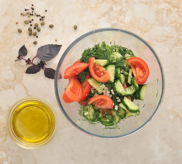 Свежий салат с помидорами, огурцами, укропом и чесноком