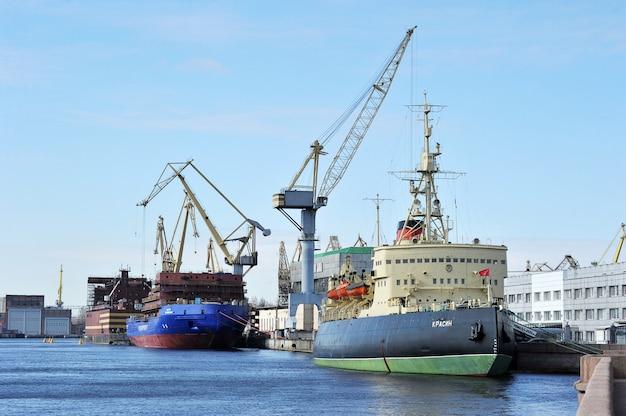 北極の砕氷船