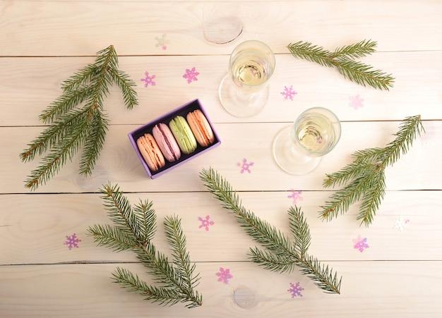 Торт макаронс с шампанским и веткой елки - вид сверху