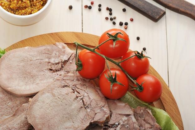 レタスの葉、チェリートマト、ディジョンマスタードの盛り合わせに牛タン