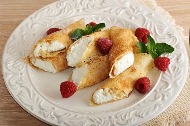 カッテージチーズとラズベリーの皿の上のパンケーキ