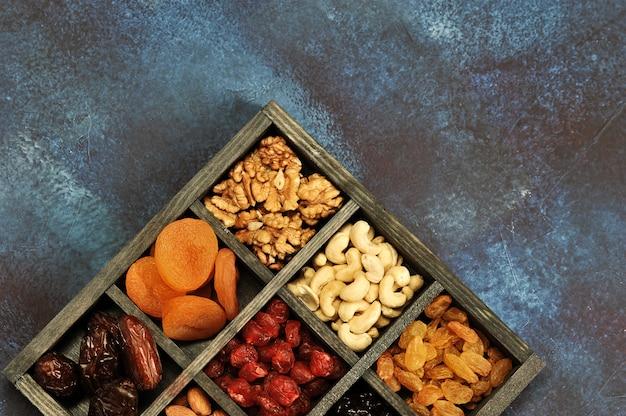 Сухофрукты и орехи в деревянной коробке
