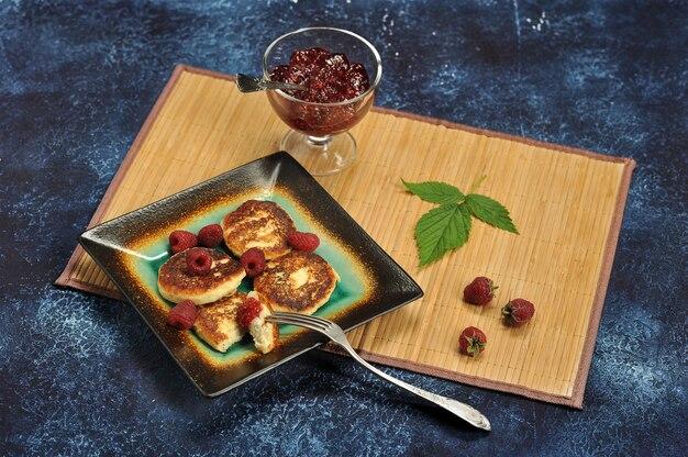 Сырники или сырники со свежей малиной