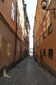 Старая улица в старом городе в стокгольме