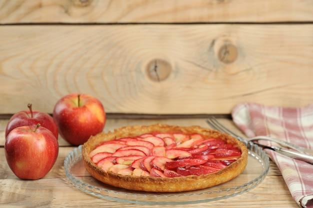 Яблочный пирог на деревянном фоне