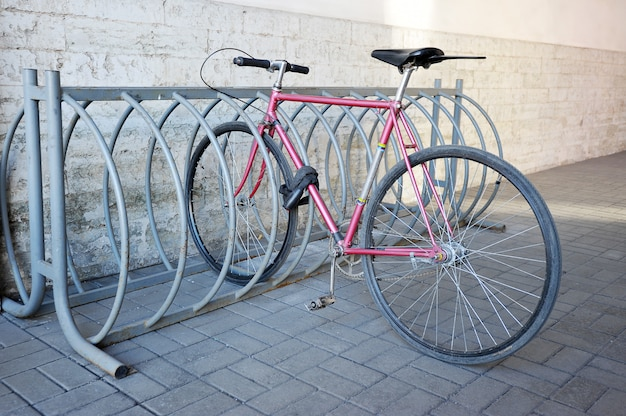 自転車は路上でラックに固定されています