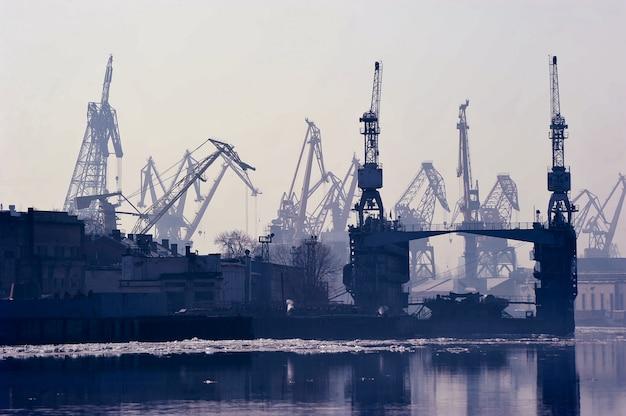 ロシア、サンクトペテルブルクの貨物港