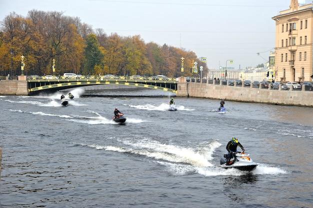 川の噴水の水スクーターに乗る