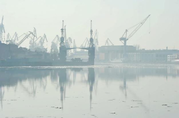 ネヴァ川の春休みと海軍造船所、サンクトペテルブルク、ロシアの眺め