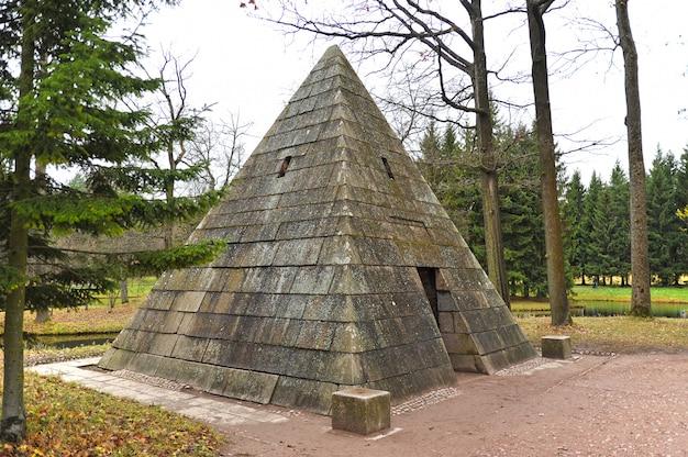 ツァールスコエセローのキャサリン公園のパビリオンピラミダ
