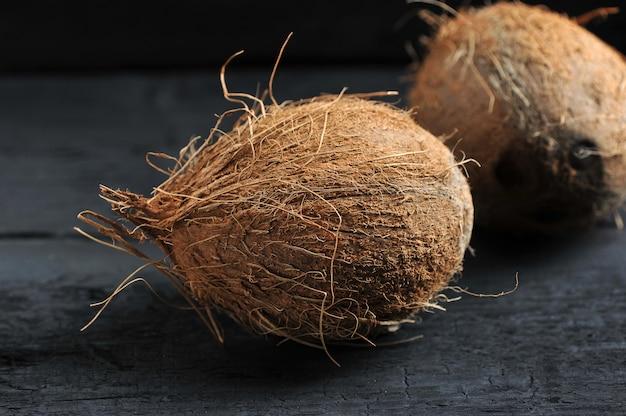 暗闇の中のココナッツ全体