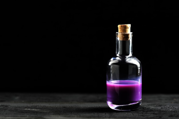 ガラス瓶の中のラベンダーオイル