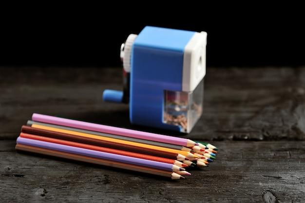 Деревянные цветные карандаши и точилка для карандашей