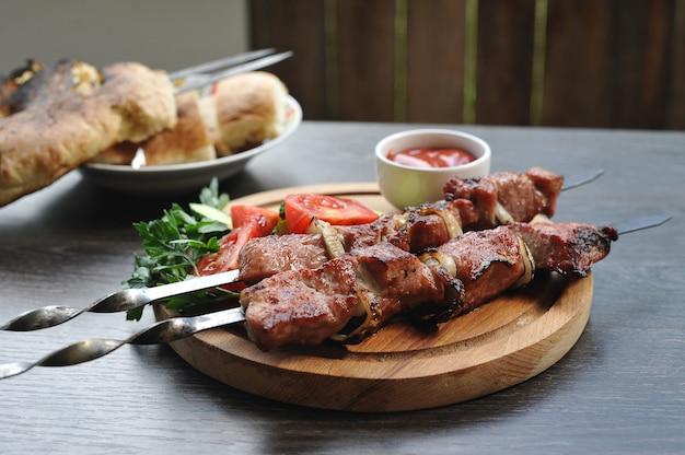 野菜とハーブの串焼き豚肉ケバブ