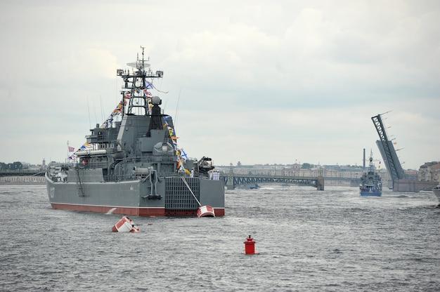 ネヴァ川のサンクトペテルブルクでの海軍パレードの準備