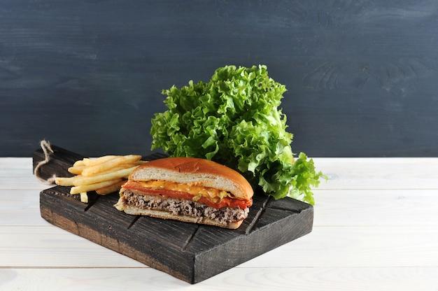 Гамбургер быстрого приготовления дома на деревянной доске