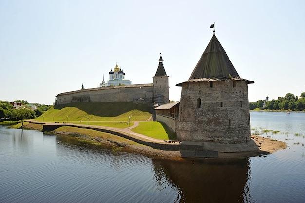 プスコフ、ロシアの古いクレムリンの塔