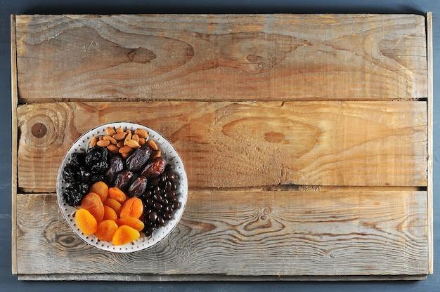 Тарелка с сухофруктами на деревянной деревенской