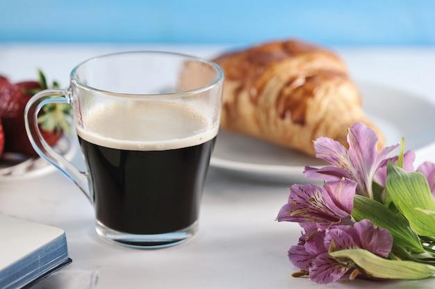 朝のロマンチックな朝食コーヒー雑誌