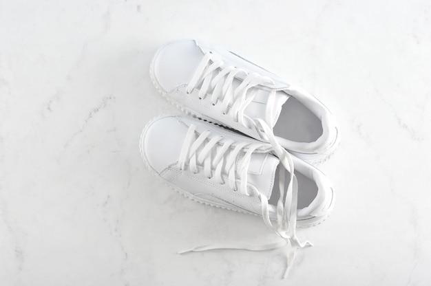 白のスポーツホワイトスニーカー