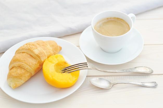 クロワッサン、桃、コーヒー