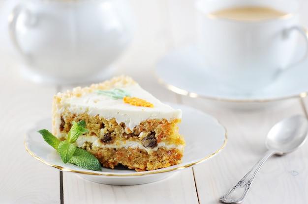 Ломтик морковного торта с мятой и кофе