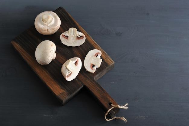 生キノコ全体と木製でみじん切り