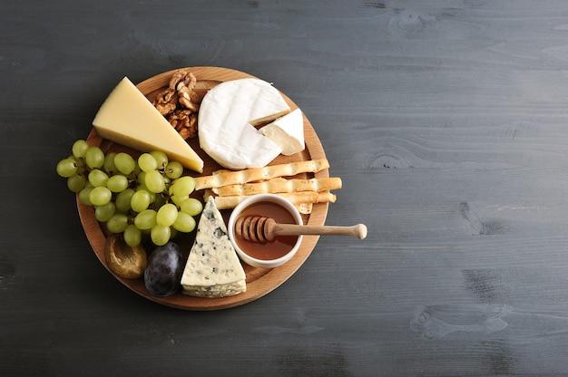 さまざまな種類のチーズ、カビ、蜂蜜、ナッツ