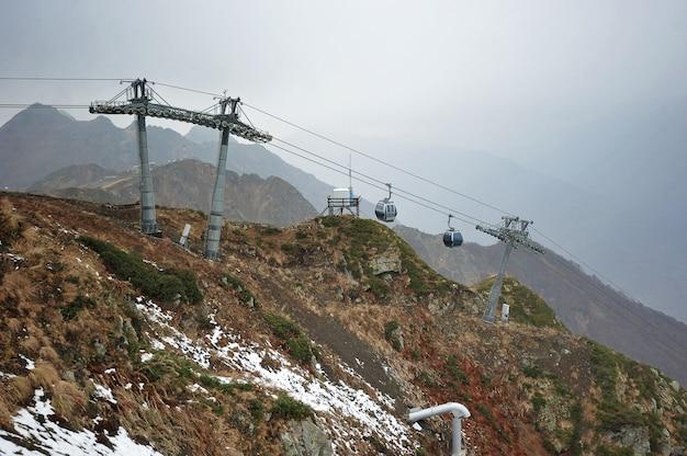 ソチクラスナヤポリヤナ、ソチ、ロシアのスキー場のリフト