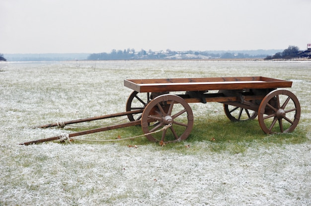 Деревянная тележка в снежном поле