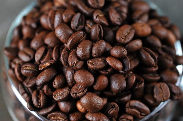 透明なガラスカップのコーヒー豆