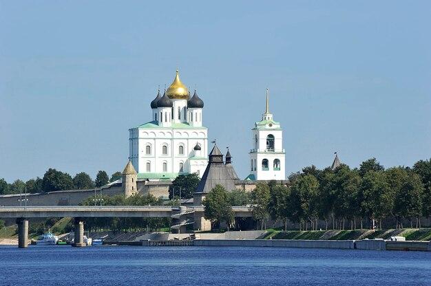 プスコフ、ロシアの正教会のクレムリンを渡るドーム