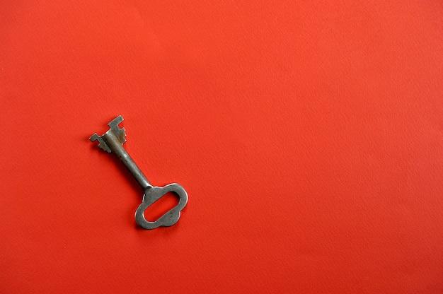 テキスト用のスペースと赤の背景にヴィンテージのキー