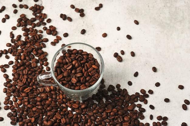 Кофе в зернах в игрушечном ящике для инструментов на фоне кофейных зерен