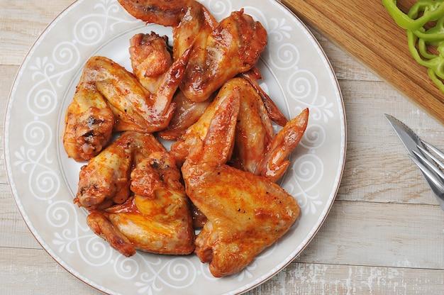 Жареные куриные крылышки на тарелке
