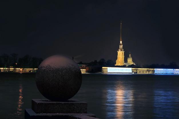 Гранитный шар и петропавловская крепость в санкт-петербурге, россия