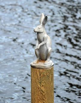 サンクトペテルブルクのピーターとポールの要塞周辺の野ウサギの記念碑