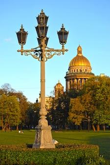 Вид на исаакиевский собор и резной фонарь в санкт-петербурге, россия